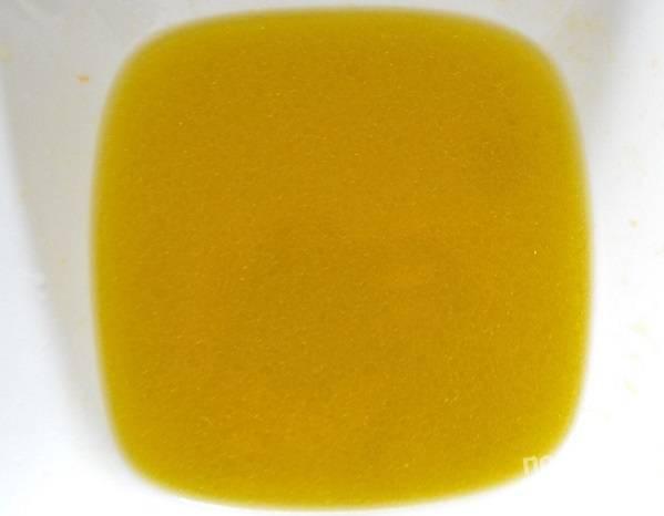 2. Для приготовления маринада соедините оливковое масло, сок лайма и апельсина, текилу. Тщательно перемешайте.