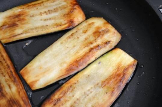 Обжариваем баклажаны на растительном масле до красивого золотистого цвета.