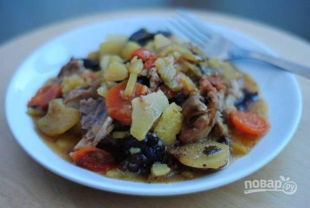 6. Подавать жаркое к столу можно как в горшочках, так и переложив его на тарелку. Приятного аппетита!