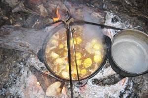 Кладем в казан картофель и перемешиваем.