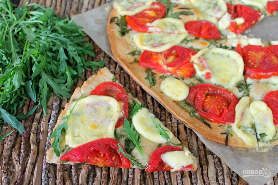 Пицца с рукколой и моцареллой