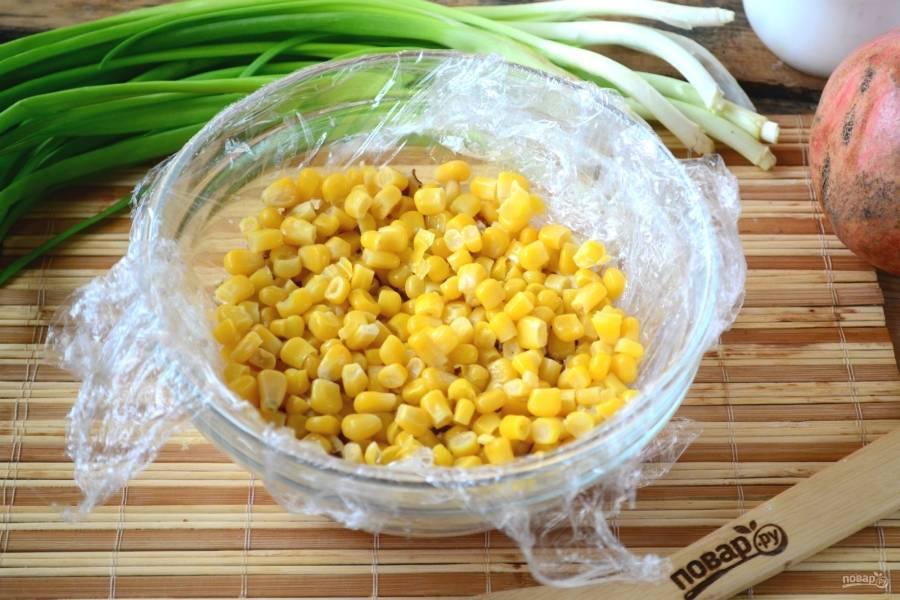 Третьим слоем выложите консервированную кукурузу. Не забудьте промазать майонезом.