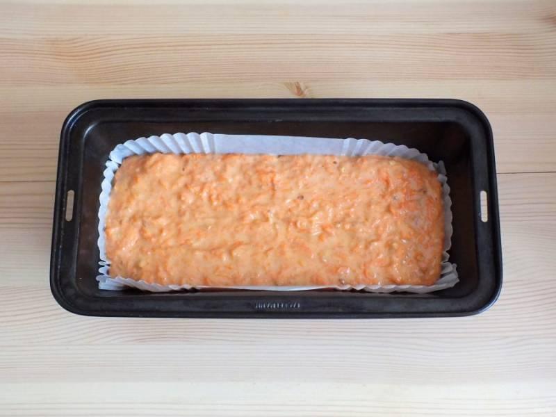 Включите духовку на 180 градусов. Возьмите форму для кекса, застелите ее бумагой или смажьте маслом. Вылейте в форму тесто. Разровняйте лопаткой. Поставьте на 40-45 минут в разогретую духовку.