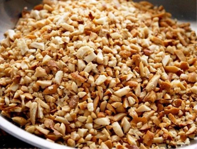 Орехи измельчите с помощью скалки.