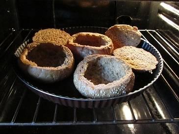 4. Хлебные тарелочки помещаем на противень и запекаем 10 минут при 200 градусах.