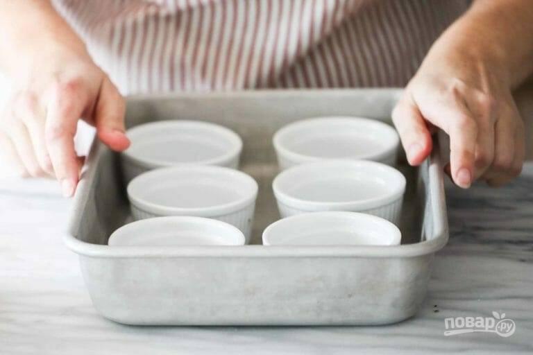 1.В форму для выпечки поставьте 6 пиалок и отложите их в сторону.