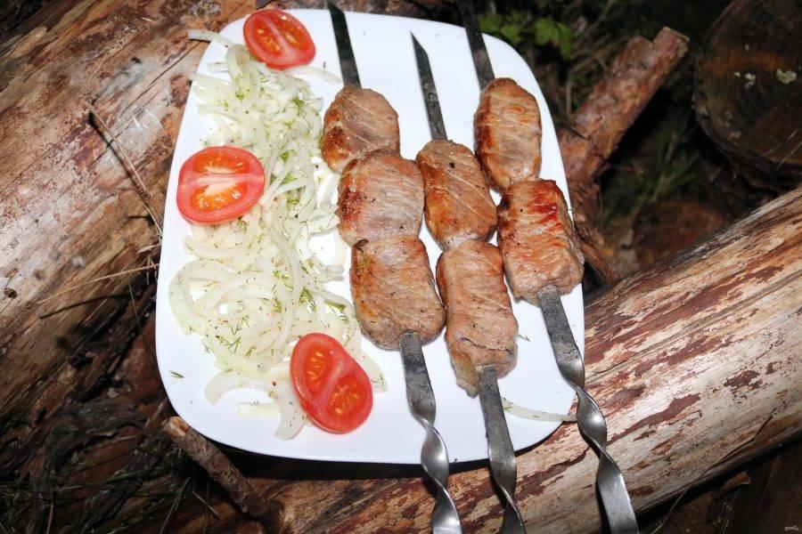 Наш шашлык из карбоната свинины готов. Приятного аппетита!