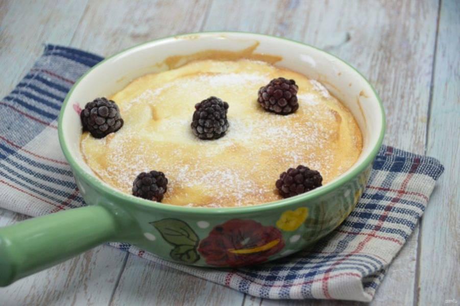 Готовый пудинг при желании можно посыпать сахарной пудрой и украсить ягодами. Если он немного опадет после того как вы достали его из духовки — это норма.