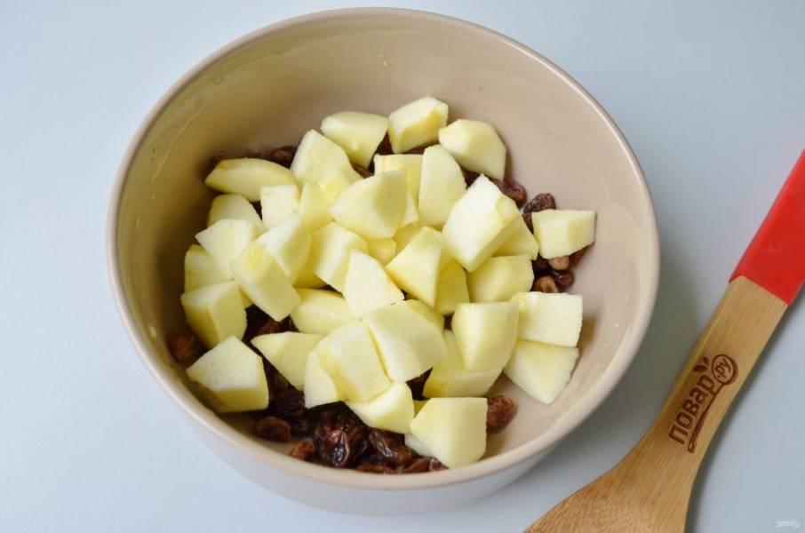 5. Слейте с изюма кипяток. С яблок снимите кожуру, порежьте крупными кусочками и сбрызните лимонным соком. Перемешайте с изюмом.