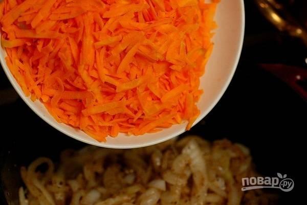7. Добавьте морковь и жарьте еще минут 5.