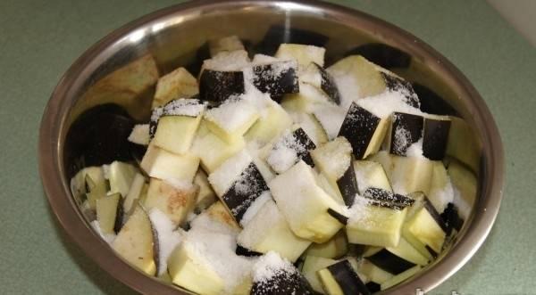 2. Нарезаем баклажаны кубиками, присыпаем солью, перемешиваем и даем постоять, пока не уйдет вся горечь. Тем временем можно нарезать остальные овощи.