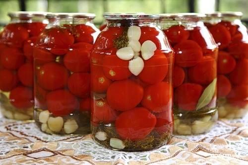Залить помидоры маринадом, закатать. Укутать до полного остывания.