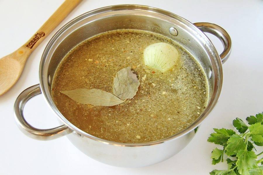 Налейте в кастрюлю воду или любой мясной бульон. Добавьте соль, специи, лавровый лист и одну целую очищенную луковицу. Доведите до кипения.