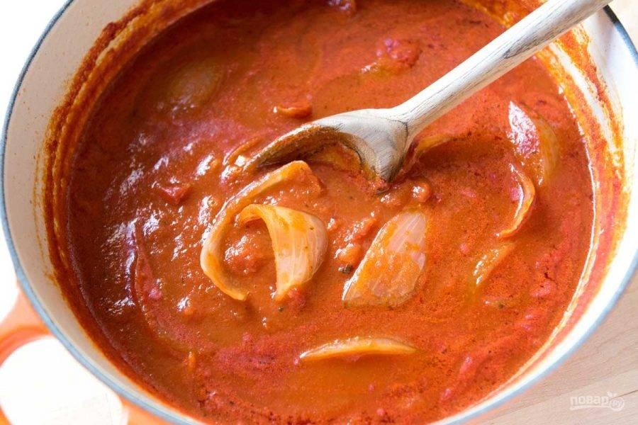 2.Доведите содержимое до кипения и варите на слабом огне 40 минут, по вкусу добавьте соль и специи (чесночный порошок).