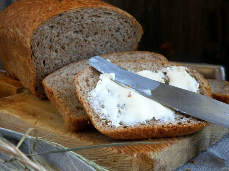 Очень вкусен этот хлеб со сливочным маслом.