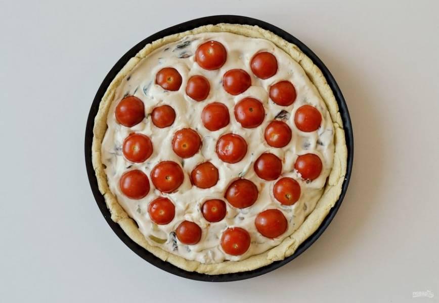 Помидоры черри разрежьте пополам, выложите сверху на пирог. Выпекайте киш в духовке 30-40 минут при температуре 180 градусов.