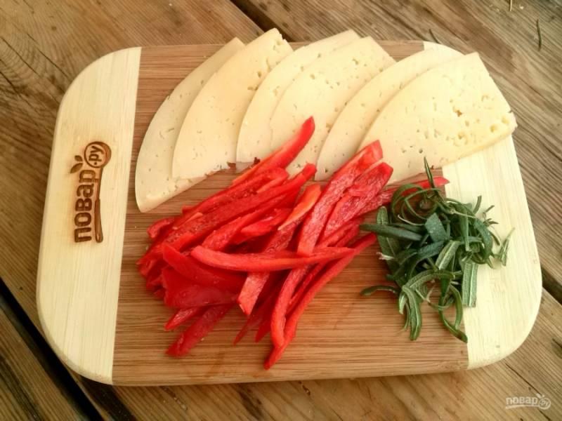 Сыр нарежьте тонкими пластинками, сладкий перец очистите и нарежьте тонкими полосками, розмарин измельчите.