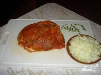 Смешайте специи в отдельной пиалке, добавьте к ним соль. Натрите смесью специй мясо и оставьте его мариноваться в холодильнике на пару часов. Пока свинина находится в холодильнике, нарежьте репчатый лук крупными кусками.