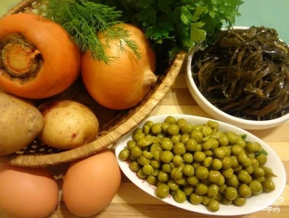 Подготовить ингредиенты: овощи вымыть и обсушить, открыть горошек и морскую капусту.