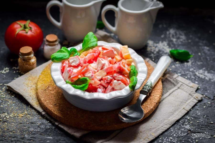 Салат из сыра, помидоров и крабовых палочек