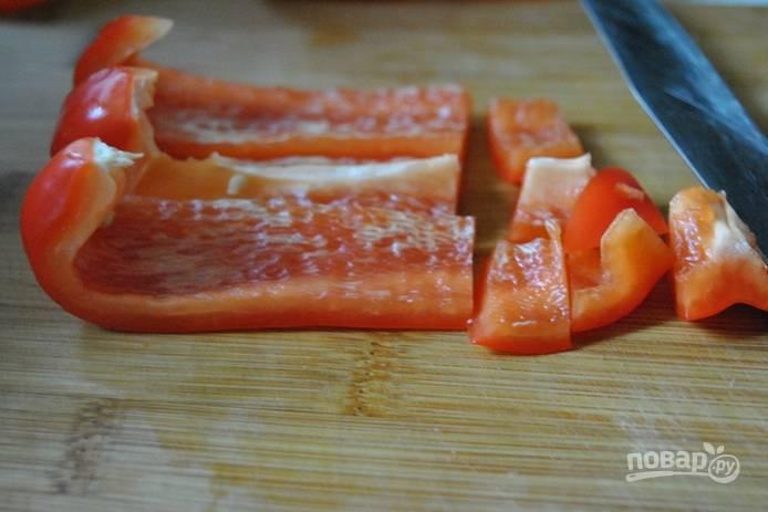 Перец нарезаем небольшими кусочками.