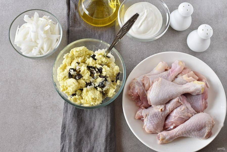 Для начинки смешайте жареные грибы, отварной рис и тертый сыр. Добавьте измельченный зубчик чеснока, посолите и поперчите по вкусу. Хорошо перемешайте.