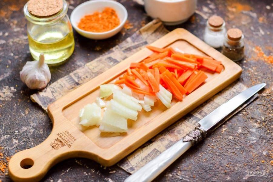 Очистите морковь и лук, овощи сполосните и просушите. Нарежьте морковь полосками, лук нарежьте небольшими кубиками.