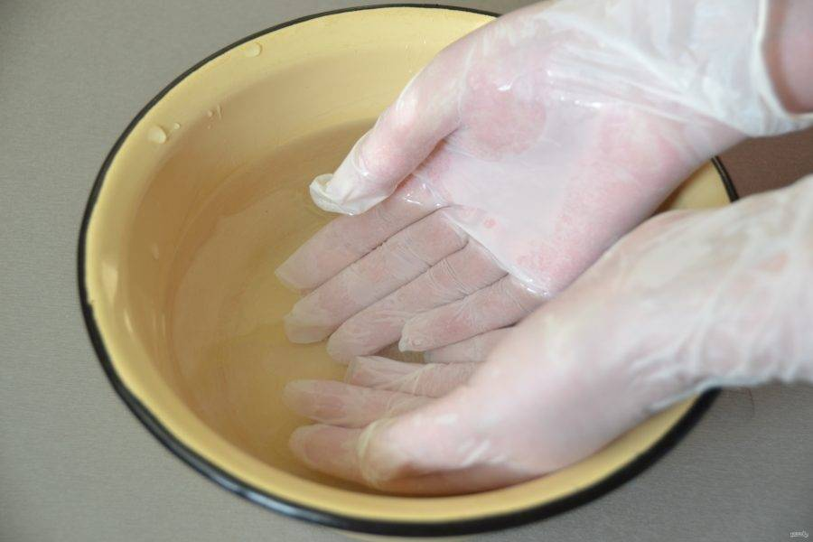 Приготовьте миску с водой, каждый раз перед приготовлением нового пирожка смачивайте руки водой, так тесто будет меньше прилипать к рукам.