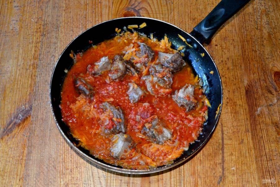 Выложите на сковороду перетертые томаты, перемешайте и тушите около 30 минут. После добавьте соль и специи, продолжайте тушить до мягкости (в зависимости от размера кусочков и типа мяса время может отличаться).