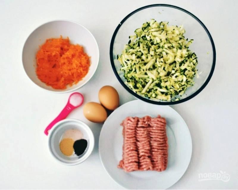 1. Очистите и натрите на терке морковь и цукини.