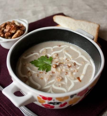 К столу суп подается, присыпанный сухариками и зеленью. Приятного аппетита!