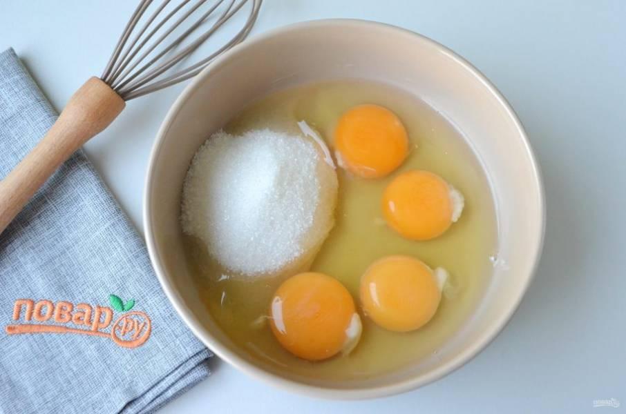 2. Сделайте тесто для клафути. Для этого в глубокой таре соедините яйца и сахар (120 г), венчиком хорошо взбейте.