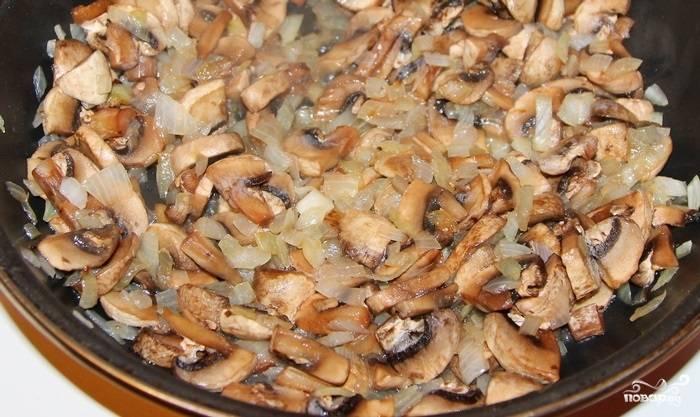 1.Куриное филе отвариваем и нарезаем небольшими кусочками. Чистим и нарезаем полукольцами (кубиком) лук. Грибы чистим, срезаем край ножки и нарезаем небольшими кусочками. Сковороду ставим на огонь, наливаем немного подсолнечного масла и отправляем сперва лук, а затем грибы. Обжариваем до испарения жидкости, после чего добавляем мясо, соль и специи.