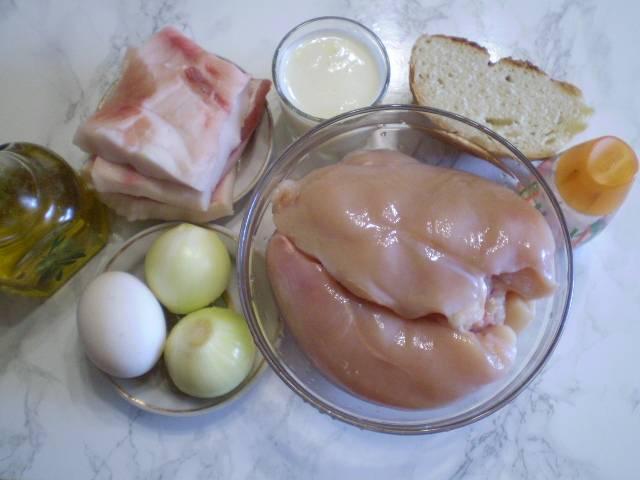 Подготовьте продукты для котлет. Мясо и сало тщательно вымойте. Лук очистите.