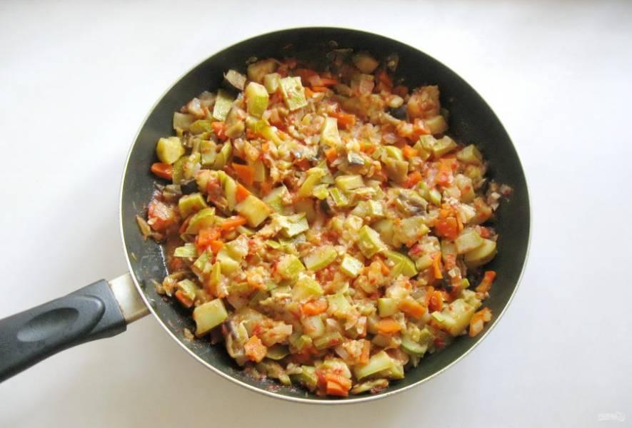 Налейте в сковороду подсолнечное рафинированное масло, посолите по вкусу, добавьте сахар. Накройте сковороду крышкой и тушите на среднем огне до готовности всех овощей 30-40 минут.