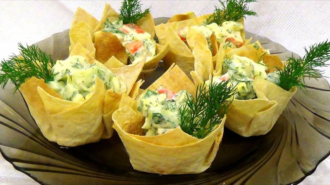 Корзинки из лаваша с салатом