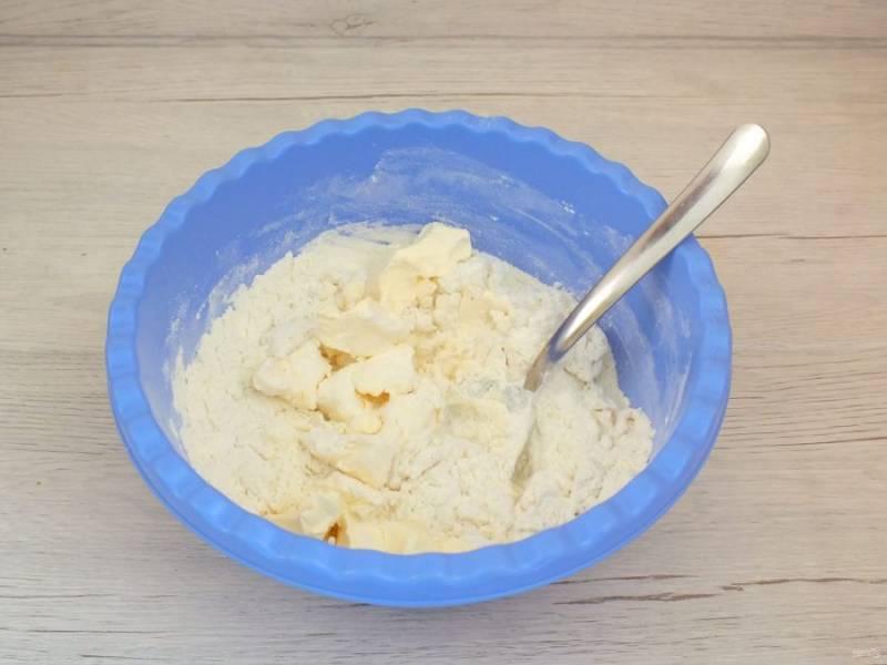 Добавьте мягкое сливочное масло. Замесите тесто руками.