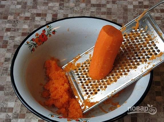 3. Морковь очистите и натрите на терке.