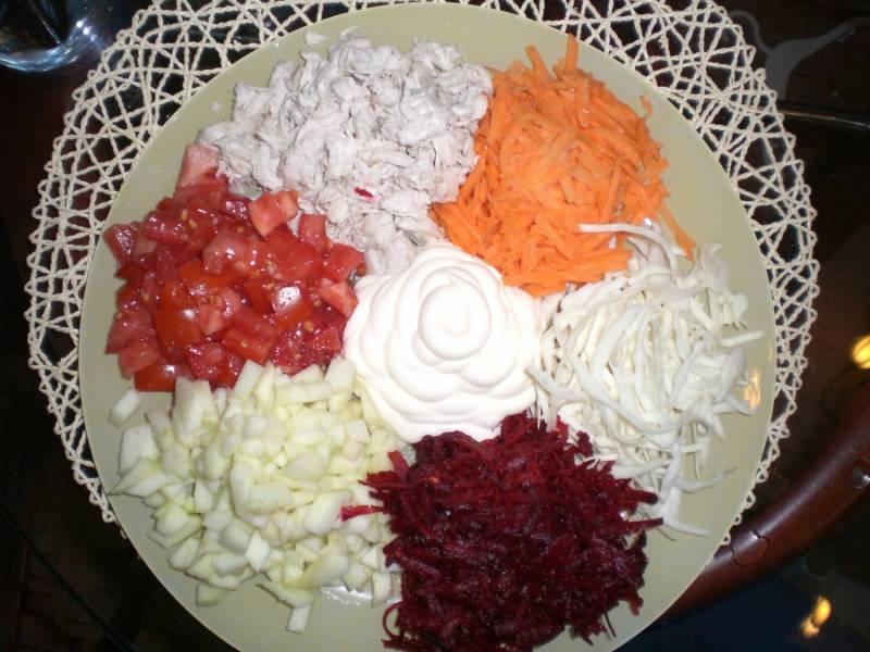 В большую тарелку выкладываем кучками все подготовленные ингредиенты. В центр - майонез.