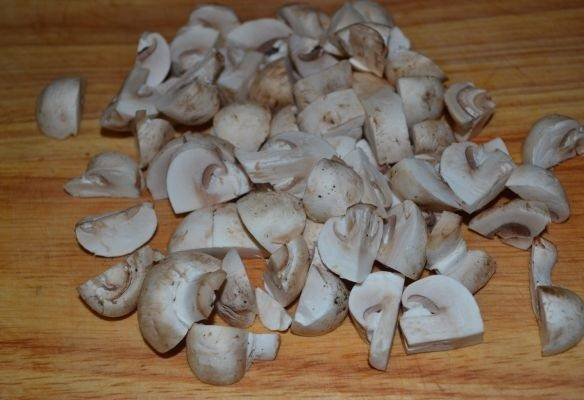7. Вымыть, обсушить и нарезать грибочки.