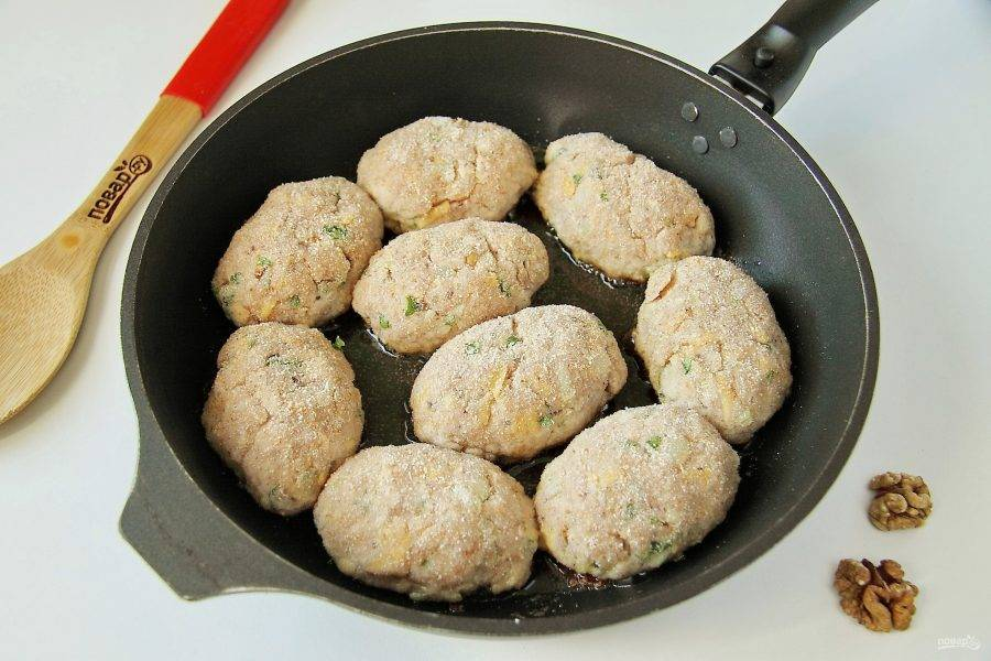 Сформируйте из фарша котлеты, обваляйте их в сухарях и выложите на сковороду с хорошо разогретым растительным маслом.