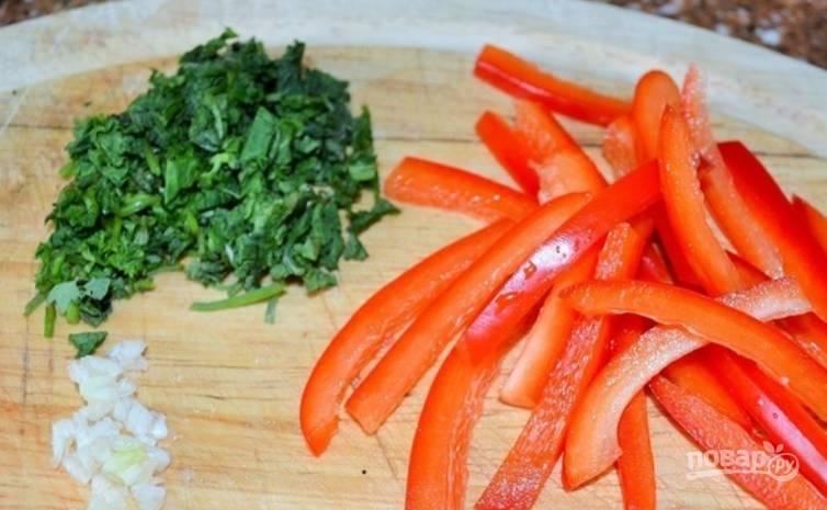 Болгарский перец промойте и нарежьте полосками. Измельчите чеснок и зелень.