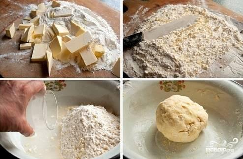 2. Нарежьте масло небольшими кубиками и соедините с мукой. Острым ножом превратите их в крошку. Добавьте щепотку соли и затем соедините с ледяной водой и ложкой сока лимона. Замесите однородное тесто, которое можно скатать в шарик. Делать это нужно довольно быстро, чтобы не нагревать его от тепла рук.