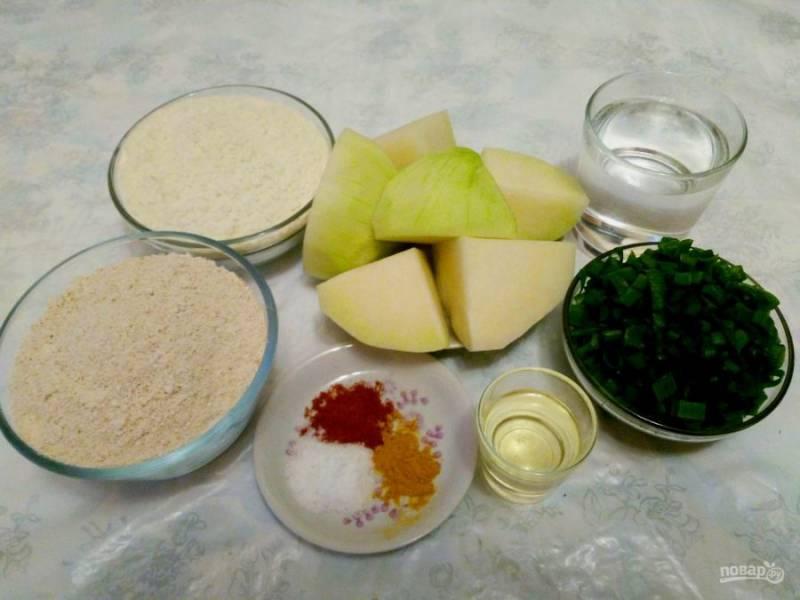 Подготовьте необходимые продукты, зелёный лук промойте и порежьте кольцами, капусту очистите от твёрдой оболочки и разрежьте кочан на крупные части.