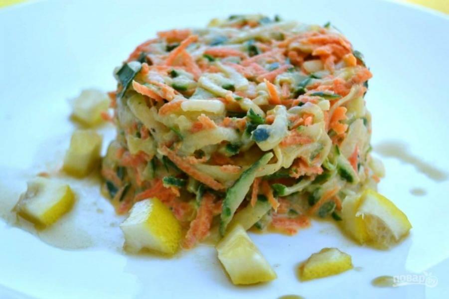 8.Полейте салат приготовленной заправкой из лимонного и огуречного сока. Подавайте салат сразу.