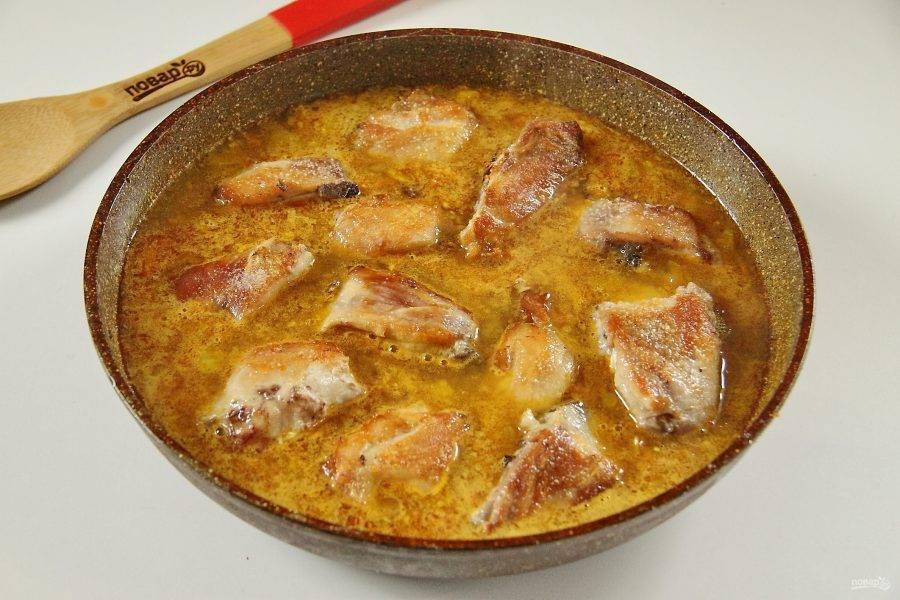 Положите обжаренную курицу в соус карри и тушите на небольшом огне около 20-30 минут.