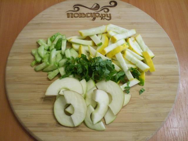 У яблока удалите сердцевину. Если кожура не жесткая, то снимать её необязательно. Порежьте произвольно все ингредиенты салата. Яблоко сбрызнете лимонный соком, чтобы не потемнело.