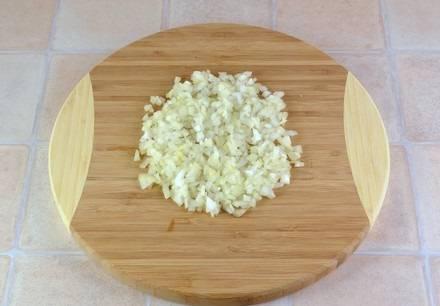 3. Это простой рецепт супа картофельного с мясом, так что подготовительный процесс занимает минимум времени. Пока закипает бульон необходимо очистить и измельчить луковицу.