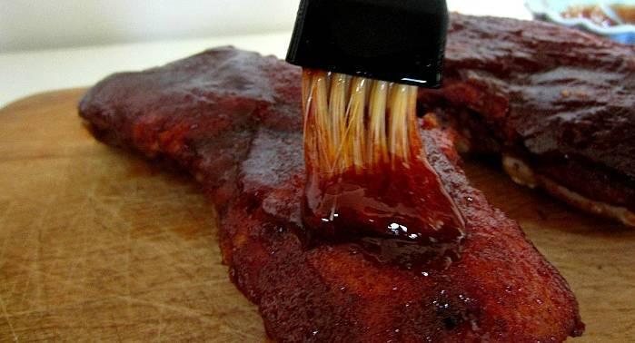 2. Теперь смешаем соевый соус и горчицу с остальными ингредиентами. Поместим соус в сотейник и ставим на маленький огонь. Выдерживаем, пока соус не станет жиже за счет того, что сахар растает. Быстро снимаем с огня и обмазываем мясо со всех сторон. Я еще набираю соус в шприц и ввожу то там, то там в мясо, если кусок сильно толстый.