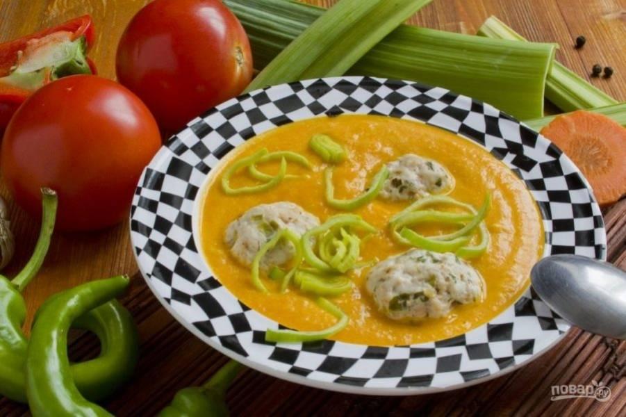 Подавайте вкусный суп с фрикадельками, а также можете украсить его луком-порей или томатами. Приятного аппетита!